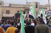 أعلام الثورة السورية تغطي الساحة الرئيسية في مدينة سرمدا بريف إدلب إحياءً للذكرى الثامنة