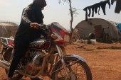 تكافح مشاق الحياة لتعيل عائلتها.. عائشة أول امرأة تقود دراجة نارية في الشمال السوري