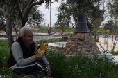 """عبدالرحمن الابراهيم شاعر من شعراء الثورة السورية.. يكتب أعماله في """"كوخ الحرية"""""""