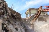 ورشة في مدينة الرقة تستخرج الحديد من الأبنية المدمرة تقوم بتسويته للاستخدام من جديد