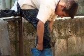 طفل حرمته الحرب من والديه ومدرسته.. يعيش مع جدته ويعمل في تربية الأغنام
