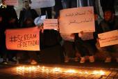 مظاهرة ليلة بالشموع واللافتات في إدلب تضامناً مع المعتقلين
