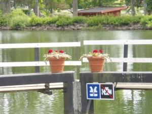 Bloempotten op de sluisdeuren heten ons welkom. Hier begint het Götakanaal