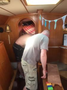 Tonny og Søren undersøger brændstoftank