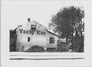 Vasby Kro - bydelens første- og navnkundige kro -  lå i Vasbygade 2 (matr.2b, Kgs.Enghave)  i perioden 1914-1935.   Skøde & Panteprotokollen oplyser at nye bygnnger blev opført på grunden efter at kroen var blevet nedlagt - nemlig 2 Lagerhuse med åben havtaf 1935, 1 lagerhus med kontor og folkelokale 1941 - og 2 værktøjshuse 1843 - samt 1 halvtag 1945.