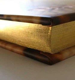 Cantos dorados y pintados