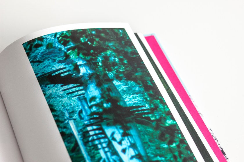 SYL mantiene el color original de la obra Melanie Smith en Farsa y artificio. Encuadernado con tapa flexible, lomo recto y cabezadas