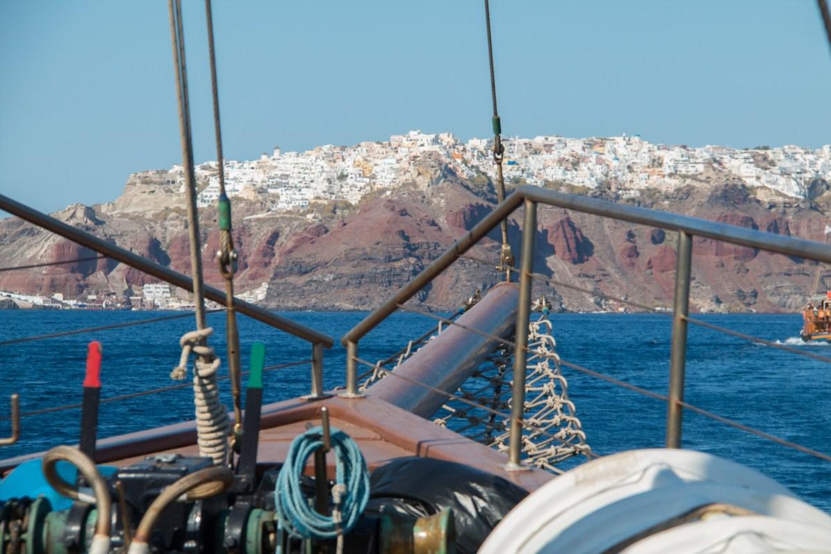 Sur notre voilier, nous observons la rive escarpée d'Oia.