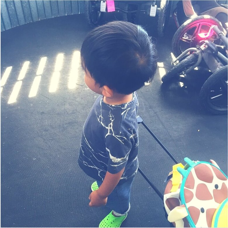 sylvie in the sky style travel with kids easy guide | GO: LABOR DAY TRAVEL WITH KIDS by popular San Francisco travel blog, Sylvie in the Sky: graphic image of a little boy standing in an airport loading ramp and pulling his giraffe luggage behind him.