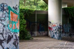 Straßenbrücke mit Graffiti