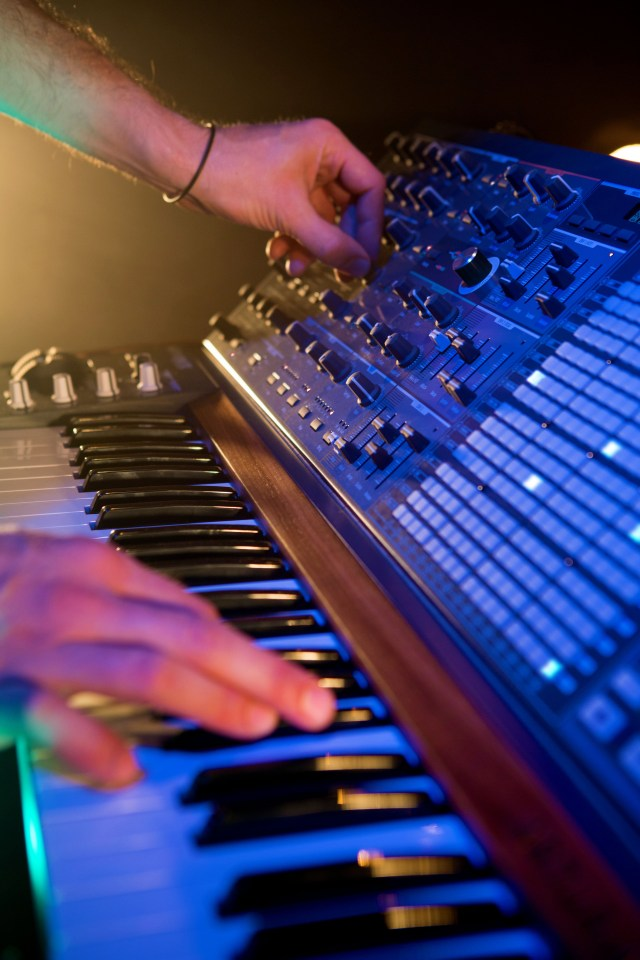 Arturia_MatrixBrute-closeup_hands