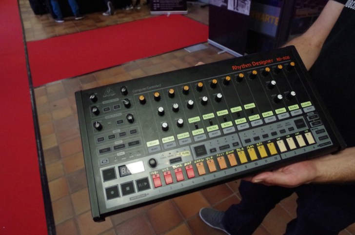 Behringer Displays VC340, Pro-One, 808, MS-101 Clone