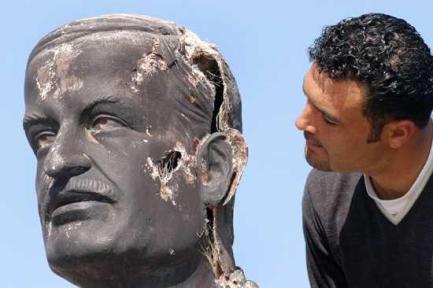 تمثال-حافظ-الأسد-مهشم