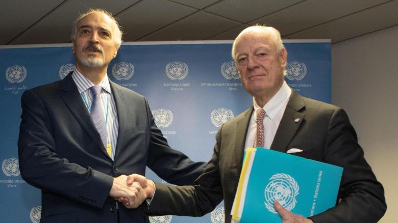 L'émissaire de l'ONU pour la Syrie Staffan de Mistura et le représentant permanent de la Syrie aux Nations Unies Bachar Al Jaafari avant le début des négociations de paix à Vienne le 25 janvier 2018 (photo AFP)