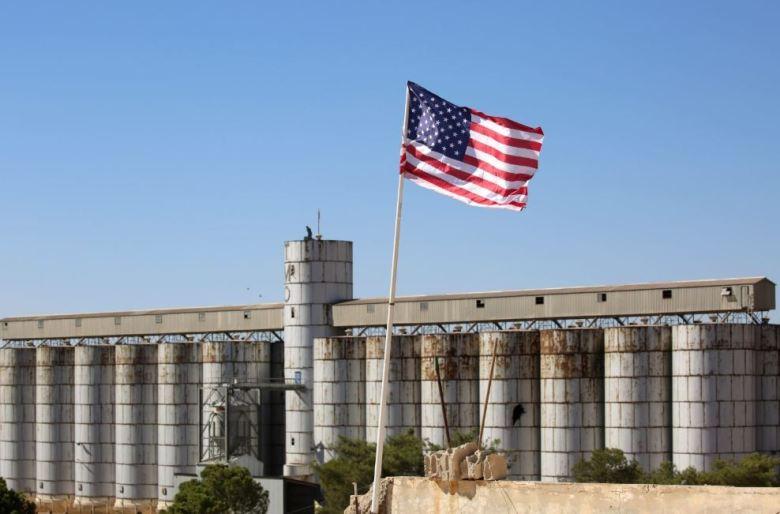 Un drapeau américain flottant au-dessus de silos à blé à Tal Abyad, à la frontière turque. Tal Abyad a été capturé par les forces kurdes en juin 2015. Image : Delil Souleiman / AFP (via asiatimes.com)