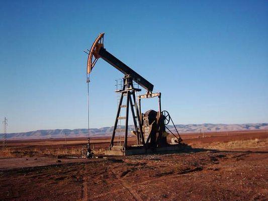 استخراج النفط في حقل الرميلان في الحسكة في 21/07/2006 (ويكيبيديا)