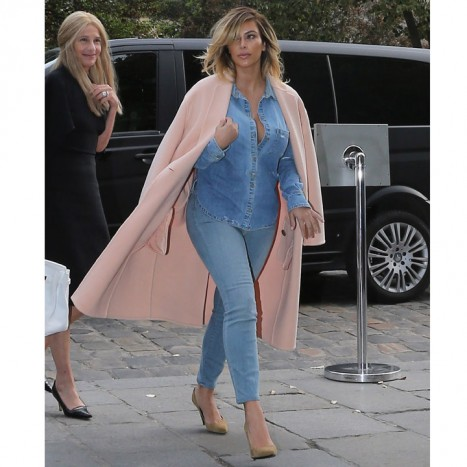 kim-kardashian-craque-pour-le-total-look-denim-a-paris-le-1r-octobre-11002430kbvss