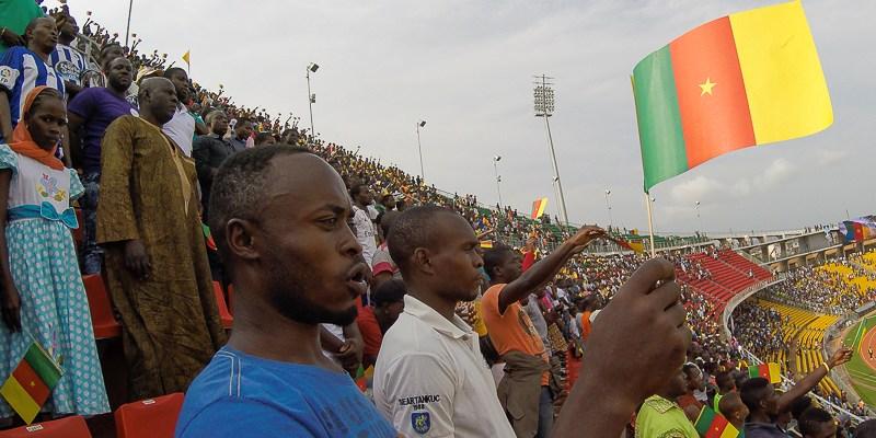 Kibice Kamerunu śpiewający hymn