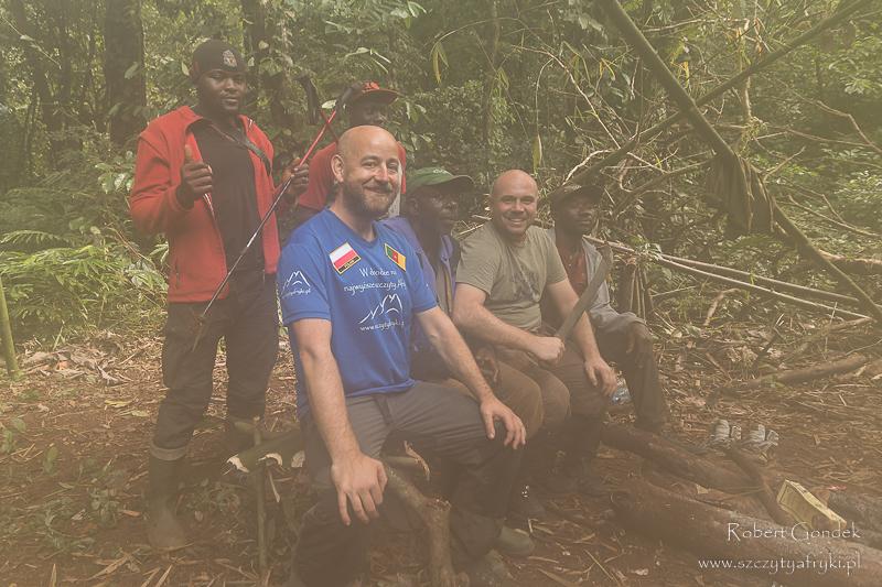 Wspólne zdjęcie na koniec trekkingu przewodnik, tragarze, Łukasz i ja