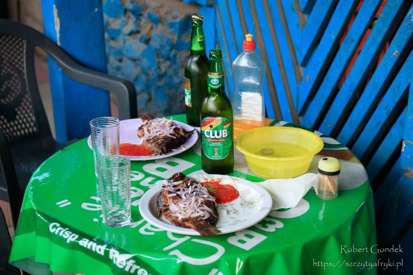 Tilapia i piwo w Ghanie