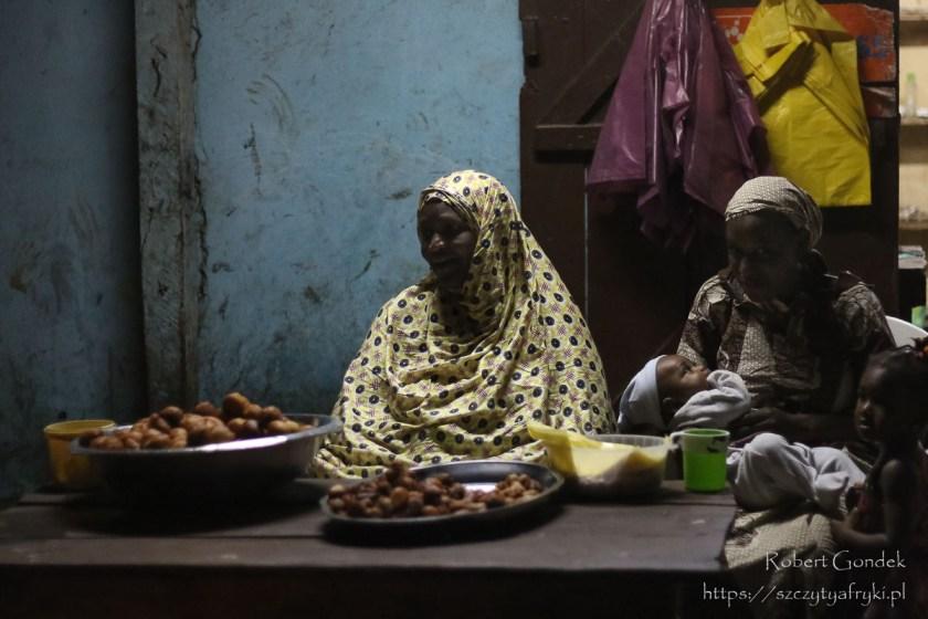 Sprzedawczyni pysznych pączków w Gabonie