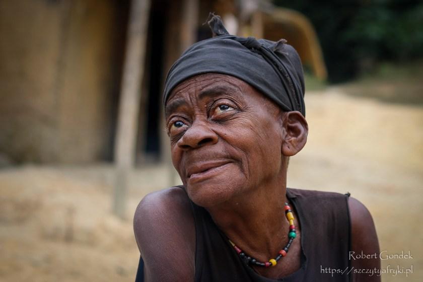 Starsza Pigmejka w wiosce pod Iboundji