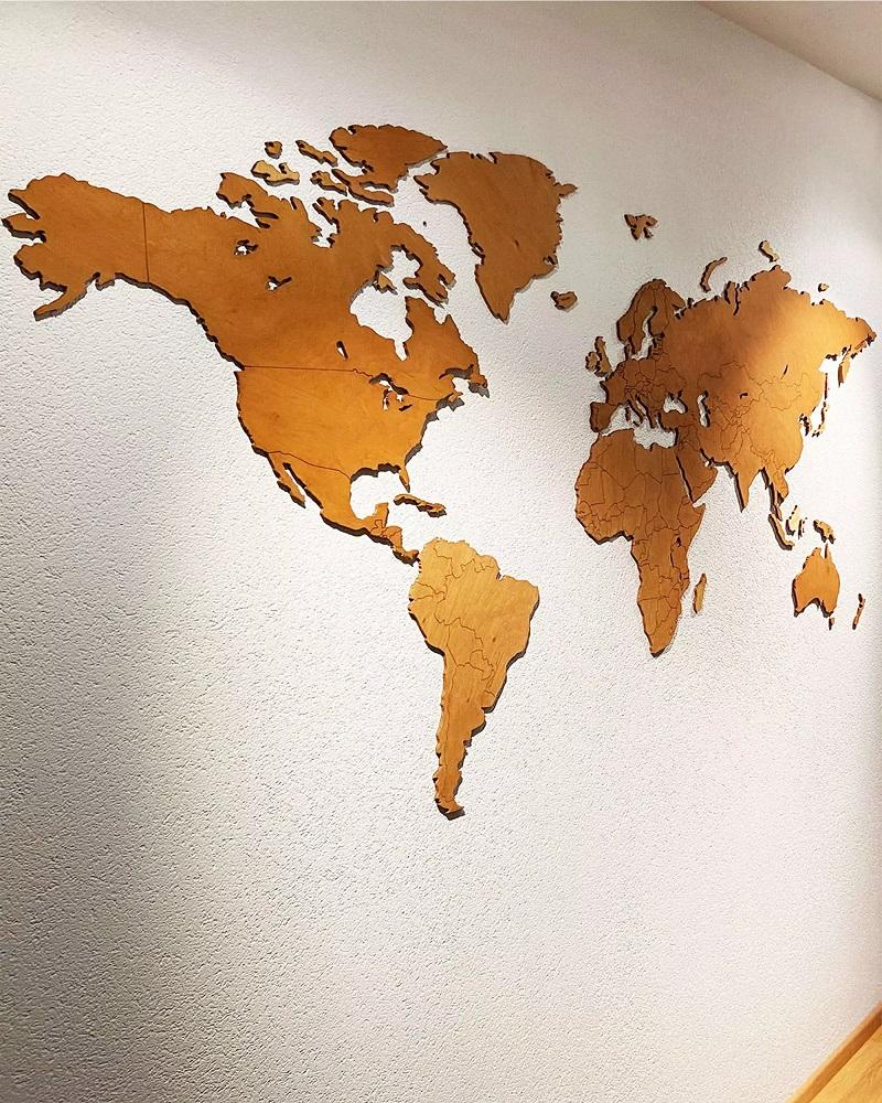 Drewniana mapa świata na ścianę z granicami - kolor orzech