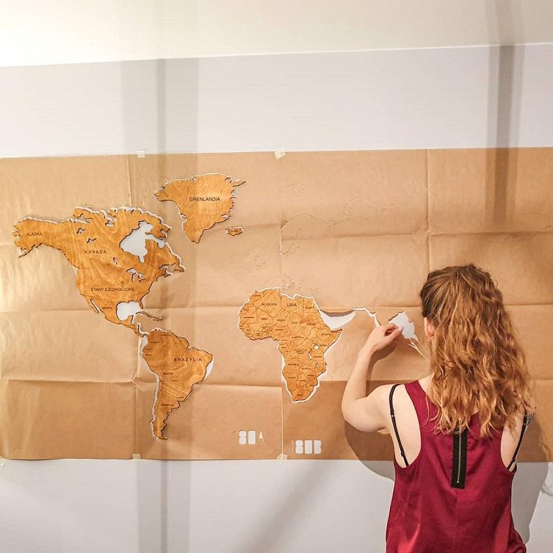 Drewniana mapa świata na ścianę z granicami - montaż