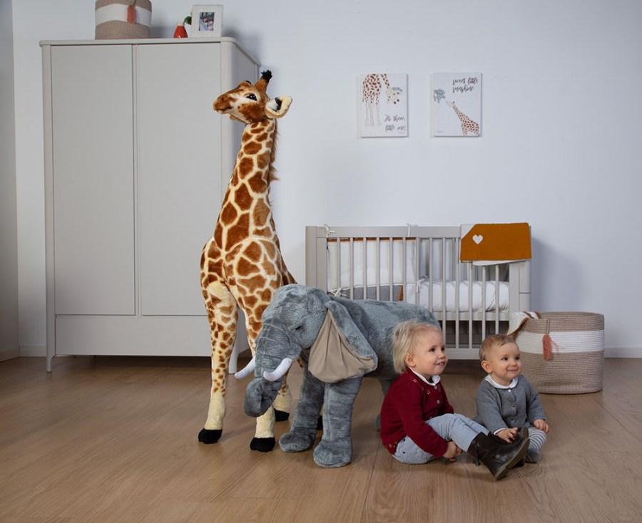 Pokój z dekoracjami afrykańskimi - żyrafa zabawka