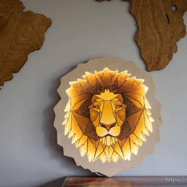 Zapalona drewniana lampka głowa lwa
