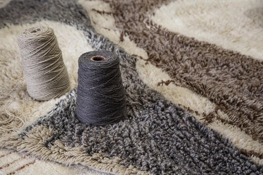 Wełniany dywan z motywem afrykańskiej tarczy - wnętrza inspirowane Afryką