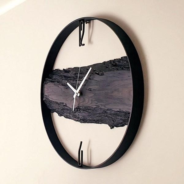 Wiszący czarny drewniany zegar w afrykańskim stylu industrialnym