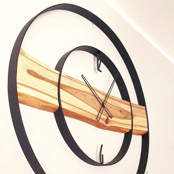 Zegar z drewna i stali w afrykańskim stylu loft