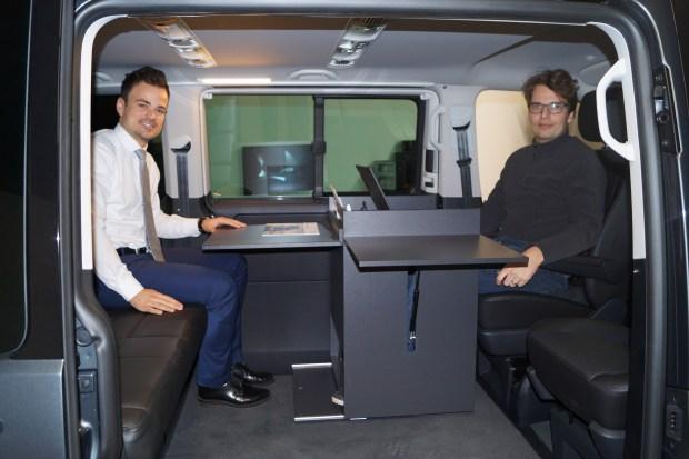 Biurko zamontowane na prowadnicach igus jest przystosowane do wyjmowania bez użycia narzędzi. Pozwala na korzystanie z dwóch monitorów oraz z wbudowanej wielofunkcyjnej drukarki, dzięki czemu samochód kempingowy staje się dobrze wyposażonym biurem. Dzięki partnerskiej współpracy między dyrektorem firmy CEO, Craigiem Kammeyerem (z prawej) a doradcą technicznym z firmy igus, Maikiem Röttgerem (z lewej), system prowadnic został zaprojektowany w zaledwie osiem tygodni. (Źródło: igus GmbH)
