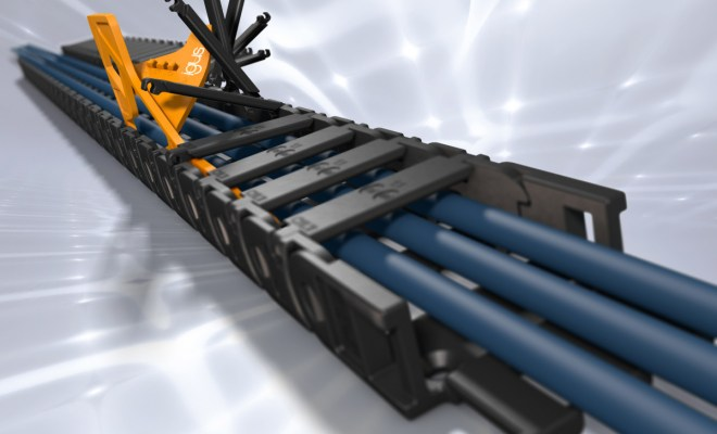 Obniżony poziom hałasu, bezpieczne prowadzenie przewodów w małych przestrzeniach montażowych dzięki niskoprofilowemu e-prowadnikowi z serii E2.10. Szybkie otwarcie e-prowadnika dzięki prostemu otwieraczowi. (Źródło: igus GmbH)