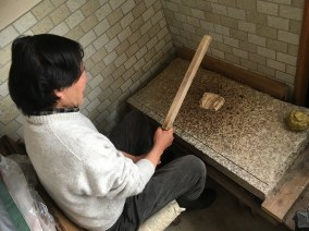 Mr Kano séparant les fibres de bois