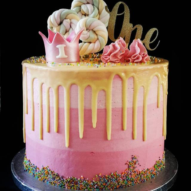 Happy Birthday One year Dripcake gevuld met aardbeien crme hellip