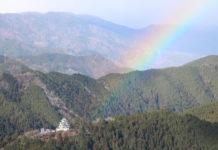 Burg Gujo-Hachiman nebst Regenbogen