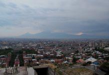 Zentrum Jerewans mit dem Mt. Ararat (Türkei) im Hintergrund