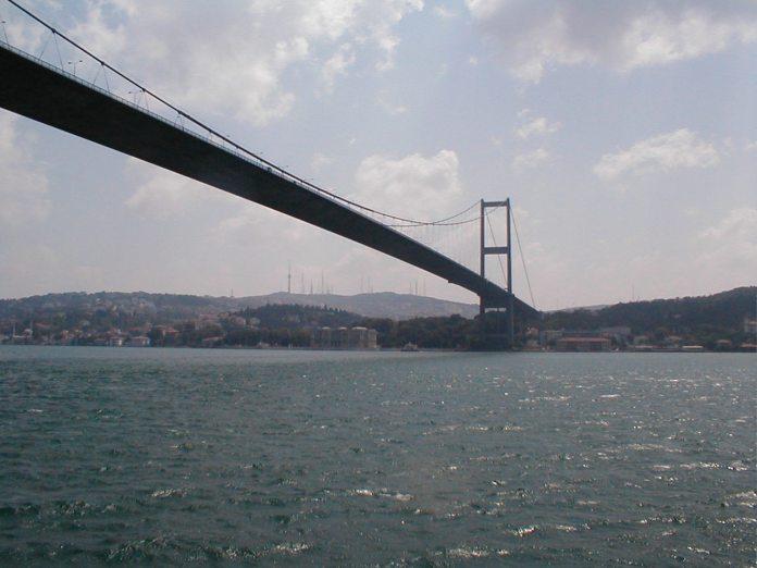 ine der beiden Brücken über den Bosporus