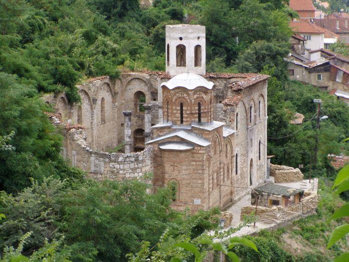Zerstörtes serbisches Kloster und Beobachtungsposten