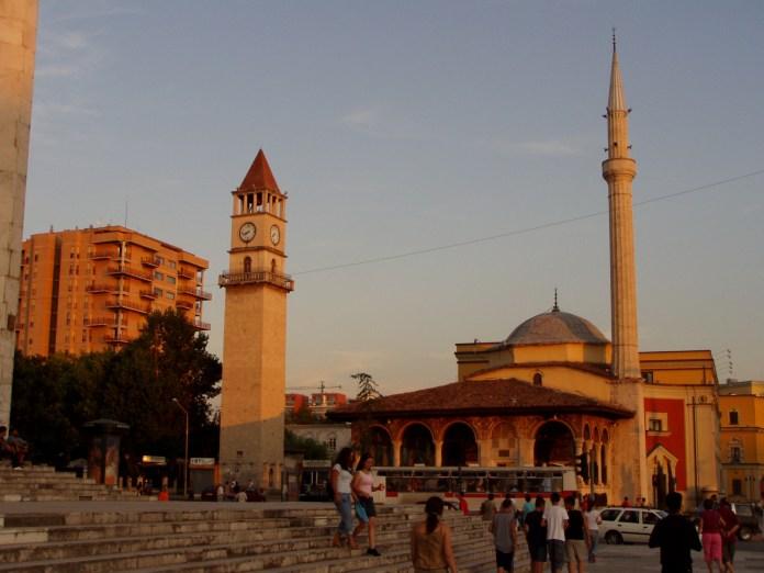 Die Moschee nebst Glockenturm im Stadtzentrum