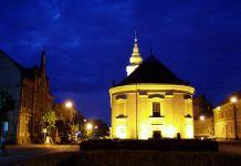 Die ungarische reformierte Kirche bei Nacht