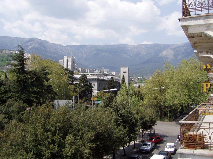 Jaltas Stadtzentrum und die Umgebung - vom Balkon des Hotel Crimea aus gesehen
