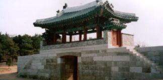 Eines der Tore der Festung Kumjosan