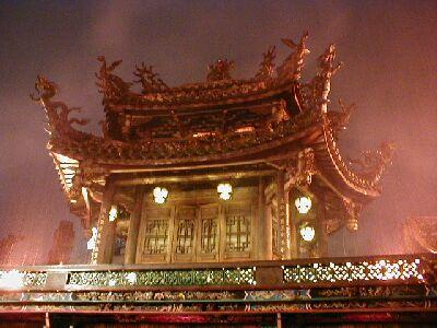 Der Lungshan-Tempel in Taipei ist besonders bei strömendem Regen (nicht selten in Taipei) am schönsten. Die Anlage ist extrem gut besucht.