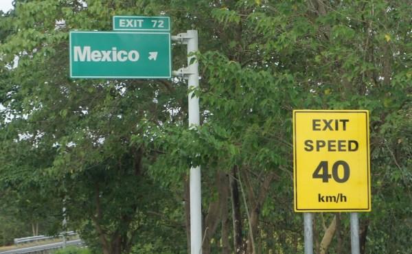 Schilder an der Autobahn zwischen Manila und Angeles sprechen Geschichte: Spanische Ortsnamen und englische Schilder