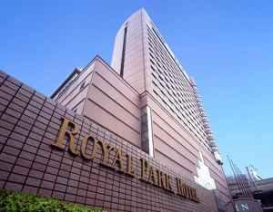ロイヤルパークホテル   天井空間に広がるシャンデリア! 写真