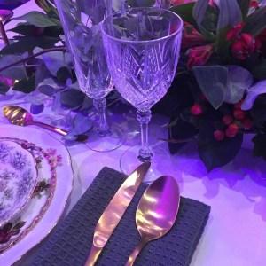 goud bestek vintage servies glaswerk styling bruiloft eten