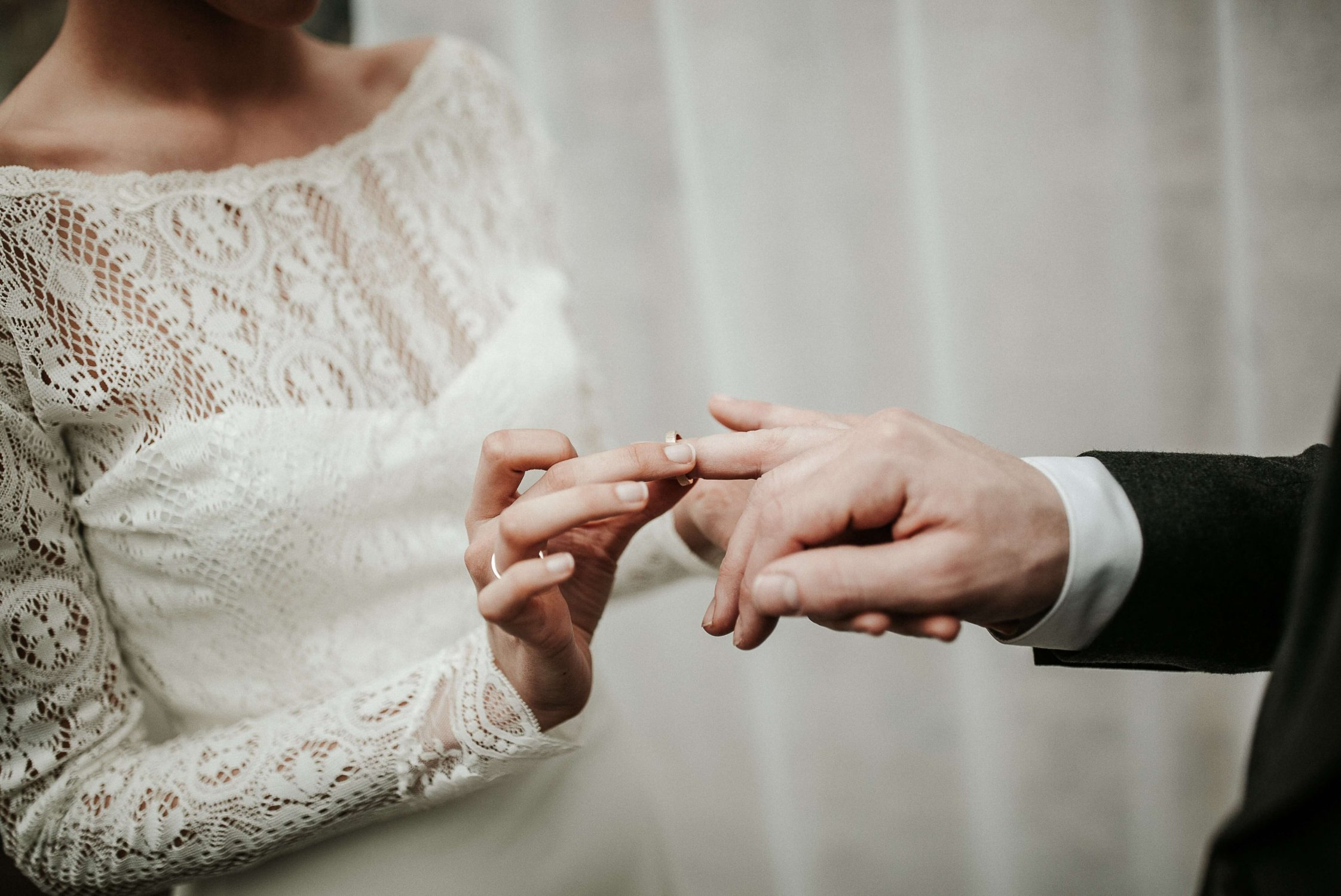 Minimalistische bruiloft minimal wedding trouwringen uitwisselen. Styling www.tablemoments.nl